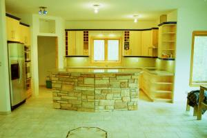 eating bar with cultured stone and kitchen installation
